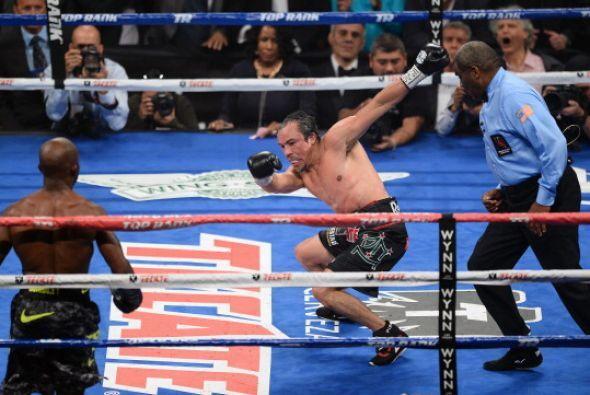 En el intercambio Márquez reciió un golpe que lo hizo tambalearse.