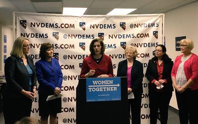 De izquierda a derecha, Stephanie Schriock, presidente de la Lista EMILY...