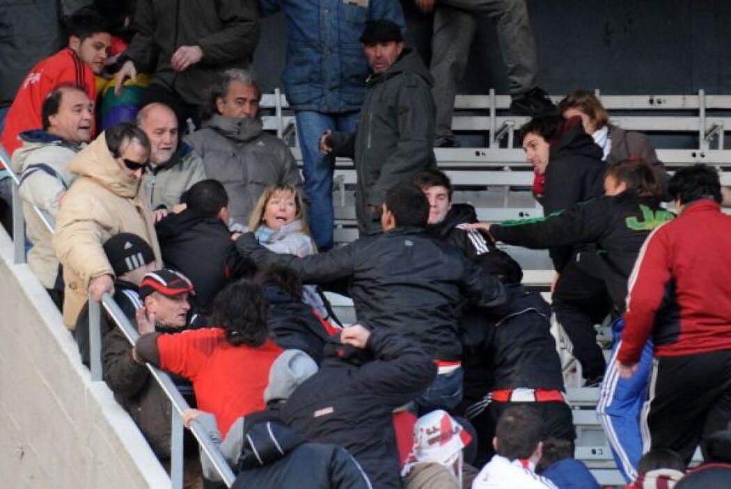 La locura se descontroló y además del descenso River Plate debió soporta...