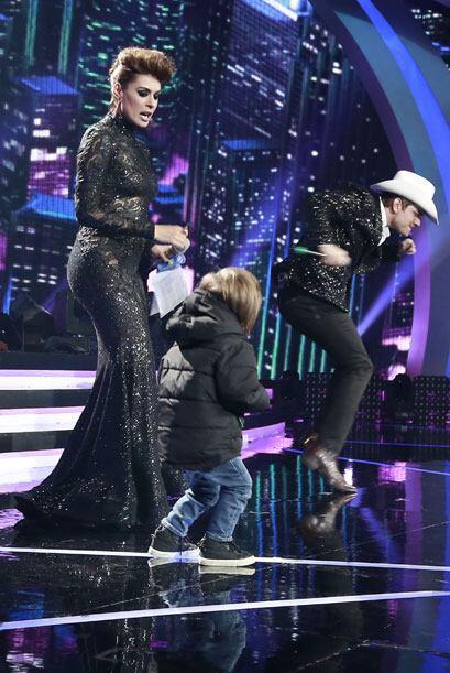 El Dasa también estaba en el escenario con otro chiquillo.