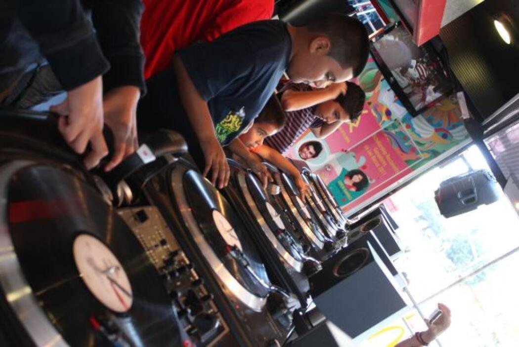 Este niño está aprendiendo a ser DJ en uno de los puestos del evento.