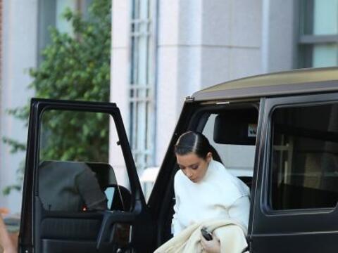 Encontramos a Kim Kardashian corriendo a una reunión de negocios...