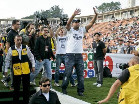 Adriano se presentó oficialmente en su nuevo club, el Corinthians...
