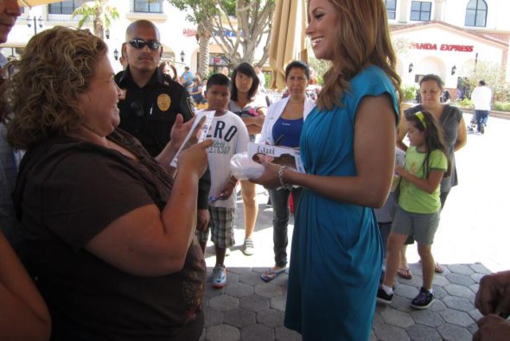 Esta señora parece que se sintió muy contenta al recibir una foto autogr...