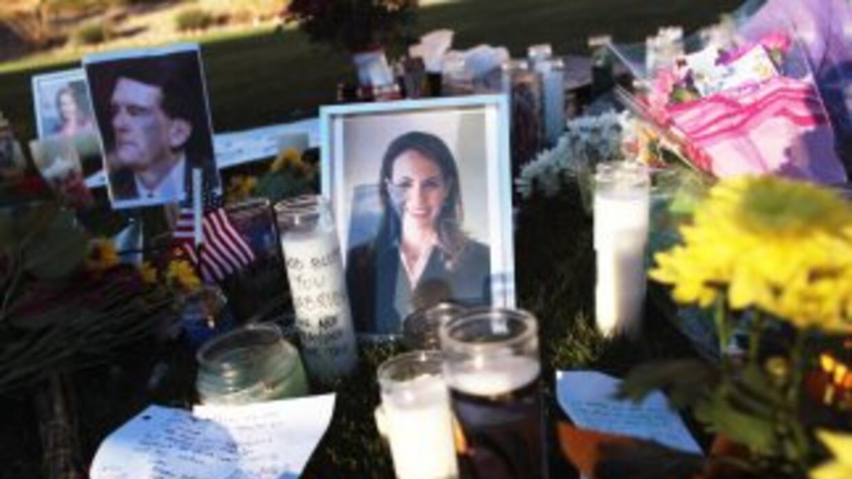 Altares en honor a las víctimas y los heridos en la tragedia de Tucson s...