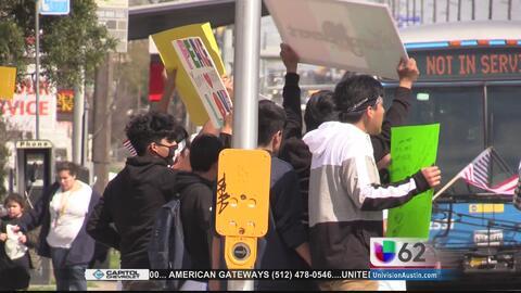 Estudiantes protestan en contra de los operativos realizados por agentes...