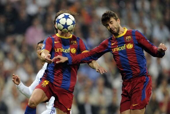 Este choque entre Piqué y Puyol le dejó un balón a Cristiano que no supo...