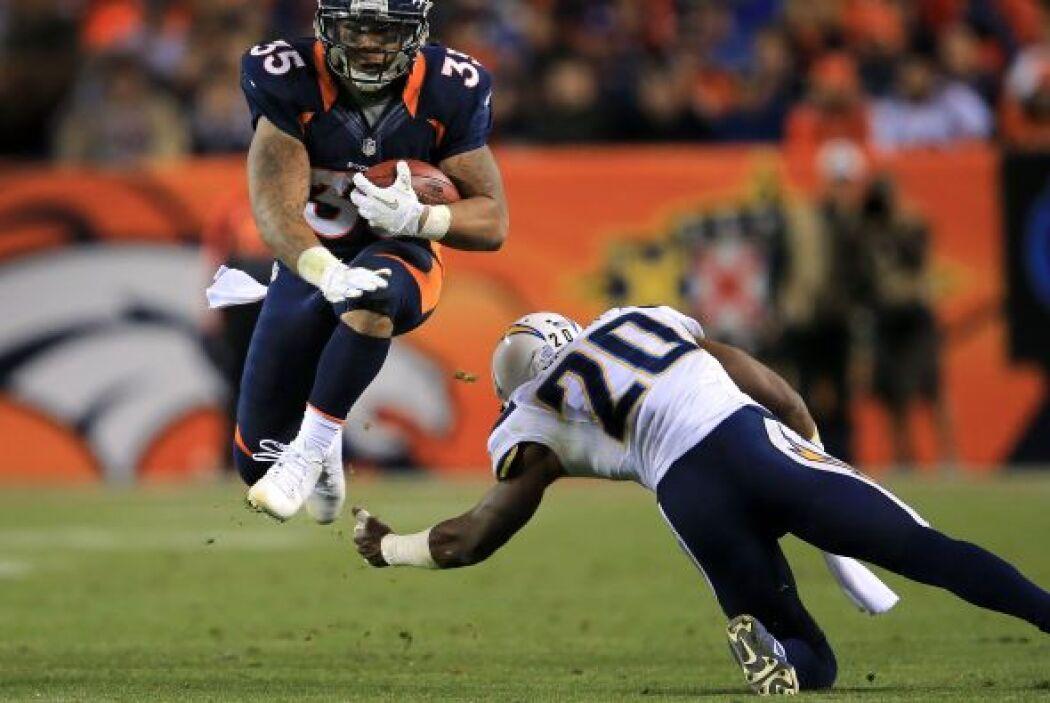 El corredor de los Broncos, Lance Ball, eludió a la perfección una tacke...
