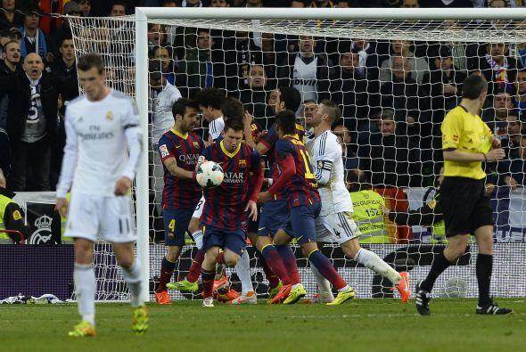 Lionel de paso marcaba un gol histórico, pues se convertía...