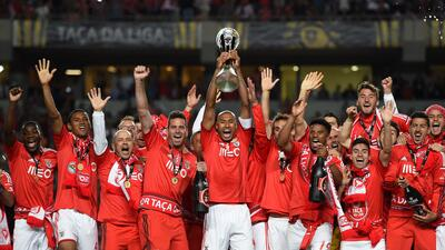 Benfica alza el trofeo de la Copa de la Liga.