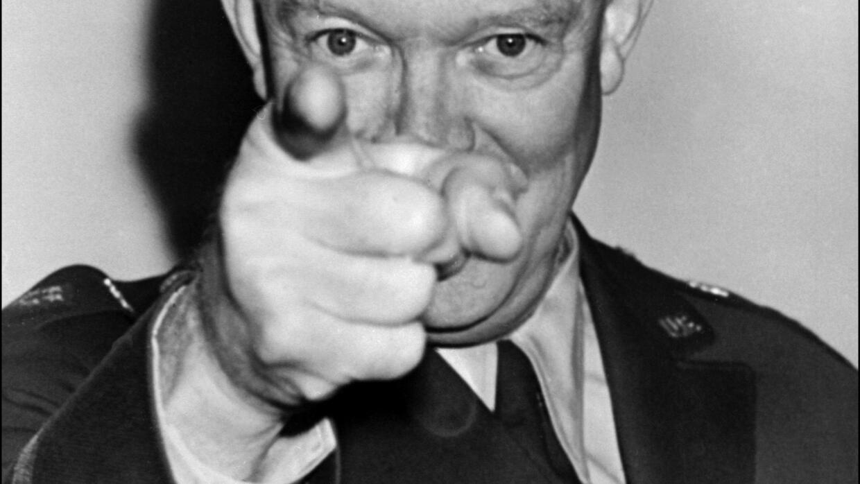 Dwight Eisenhower dando una rueda de prensa en Londres en 1951.