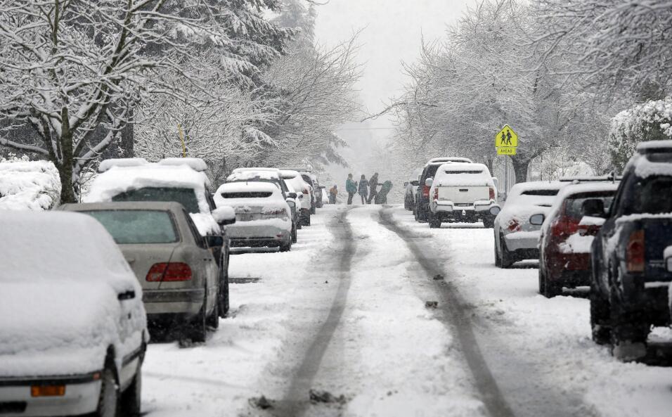 Escuelas cerradas y miles de vuelos cancelados en el noreste por una fue...