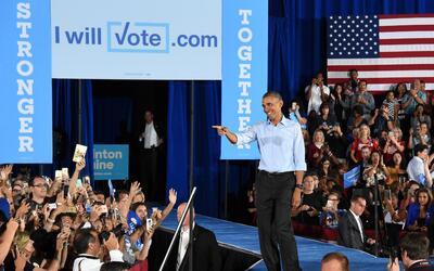 El presidente Barack Obama saluda a sus seguidores luego de hablar en un...