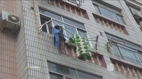 El angustioso rescate de una niña que quedó colgada desde un cuarto piso...