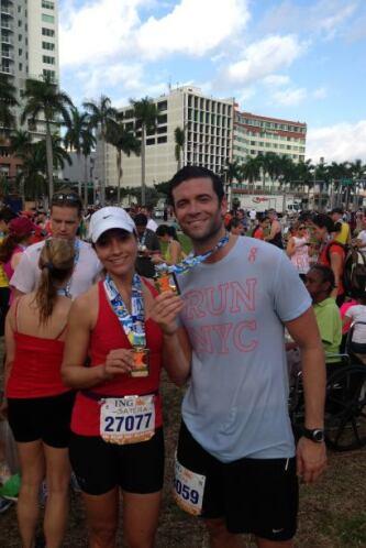 La presentadora corrió al lado de su novio en el Maratón de Miami, al la...