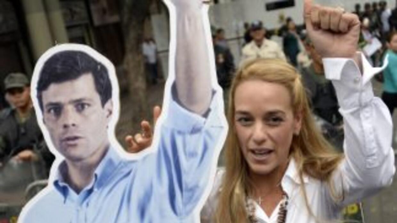 Lilian Tintori carga una imagen de su esposo, el líder opositor Leopoldo...