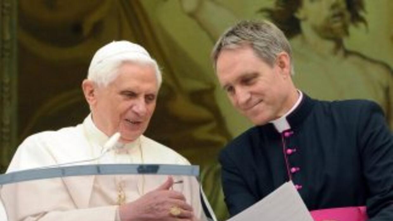 El Papa Benedicto XVI junto a su secretario privado, el prefecto de la C...