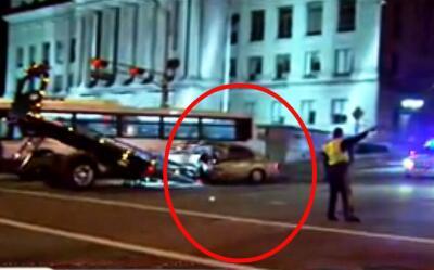 Un carro se estrella contra un autobús del New Jersey Transit y deja a 1...