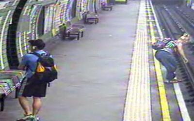 Dramático momento en el que una mujer se lanza a los rieles de un tren p...