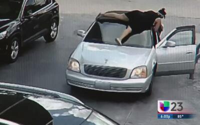 Una mujer protege su cartera 'a capa y espada' de un ladrón