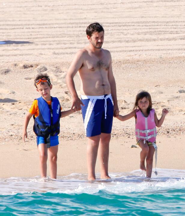 Diego Luna con sus hijos