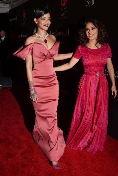 Y en plena alfombra roja, se encontró con la chaparrita Salma Hayek y ll...