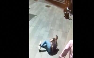 En video: Una cámara de seguridad graba el momento en el que un conducto...