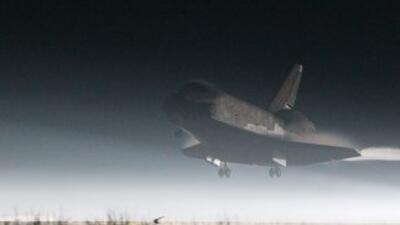 El Atlantis y sus cuatro astronautas a bordo llegaron al amanecer del ju...