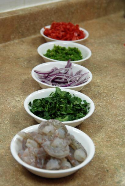 En orden, los vegetales: tomate, chile jalapeño, cebolla morada y cilantro.