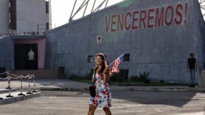 Una mujer ondea una bandera estadounidense en los alrededores de la emba...