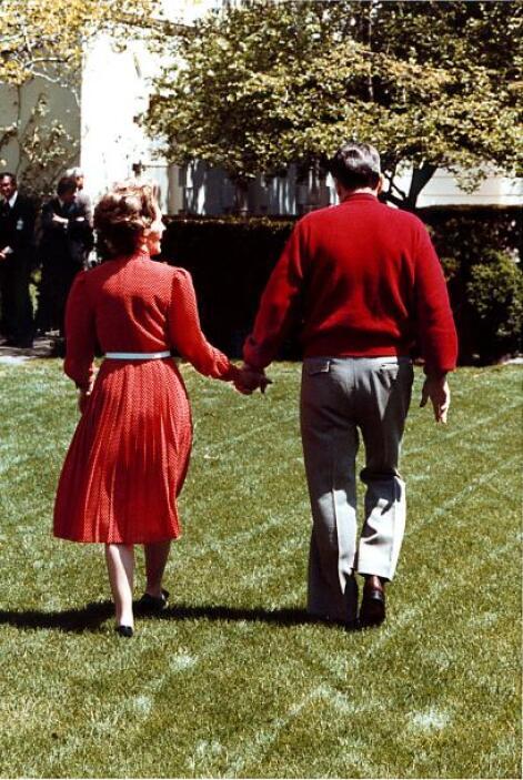 Reagan llegó al final de su presidencia tras dos mandatos. Al final, y c...