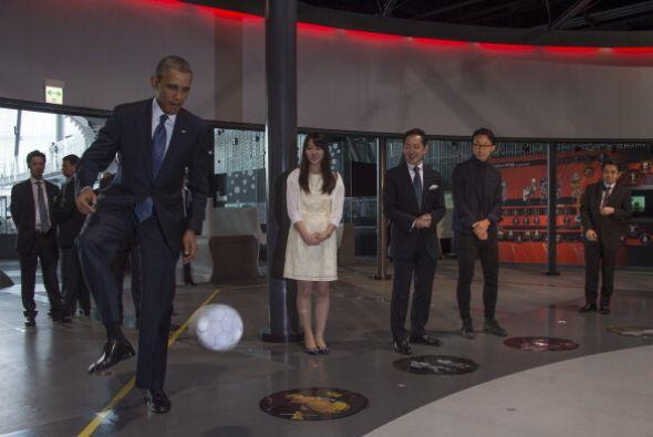 En el recinto ubicado en Japón, el presidente jugó futbol...