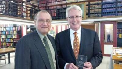 Will Gonzalez, izquierda, otorga el premio La Justicia a Tom Duffy. Este...