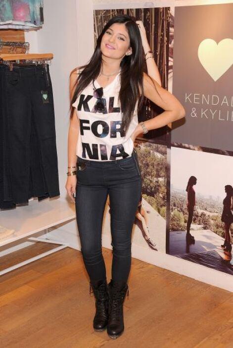 Kylie Jenner nos da una opción muy casual de cómo llevar la tendencia co...