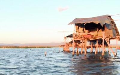Un hombre vive como ermitaño en medio de un lago en Nicaragua