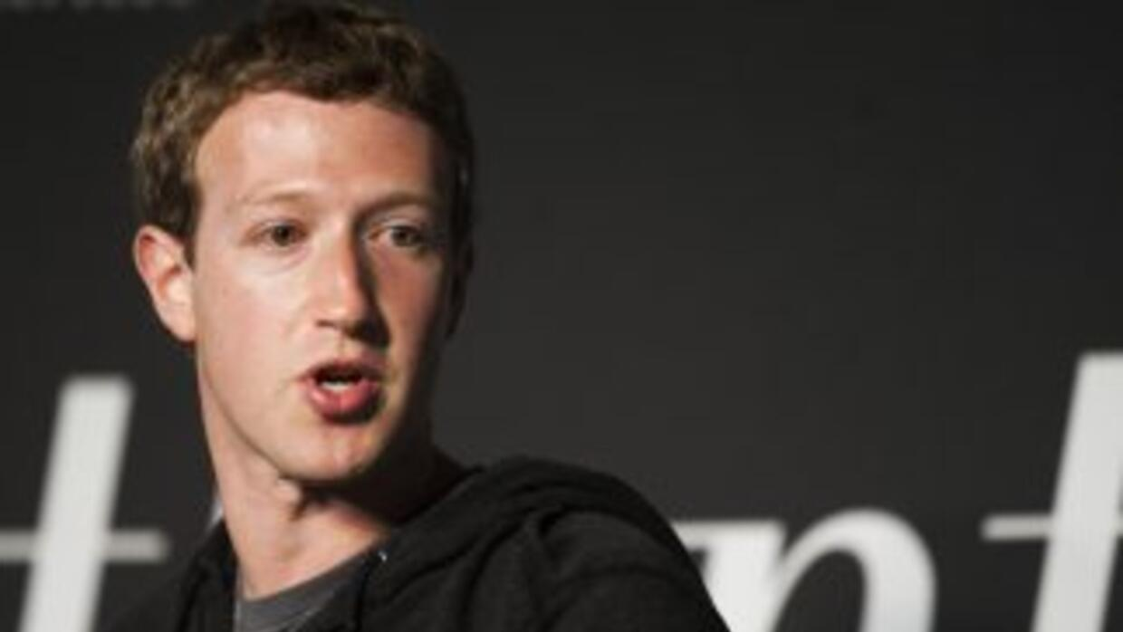 El director de Facebook, Mar Zuckerberg, sigue en campaña para convencer...