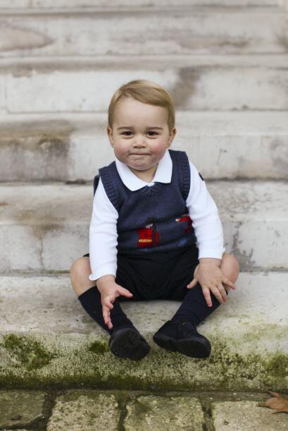 El príncipe George Alexander Louis, de 16 meses, está sentadito en unas...