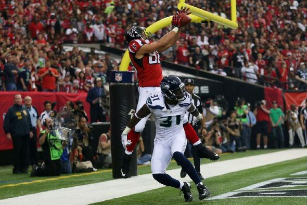 Tony González anotó el primer touchdown del partido en el primer cuarto...