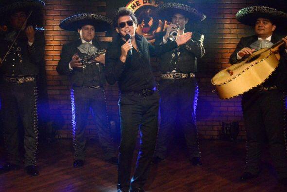 Acompañado del mariachi interpretó los éxitos de Lu...