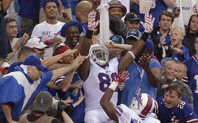 Mira a los aficionados de la NFL durante la primera semana de la pretemp...