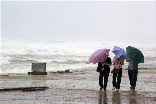 Gente camina por la playa, en la ciudad Danang, Vietnam. (AP)