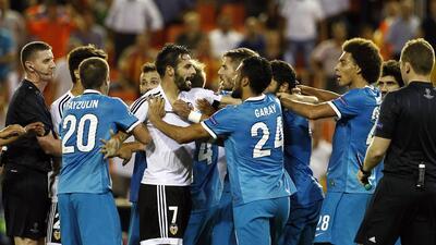 Zenit le sacó la victoria al Valencia que terminó caliente el partido.