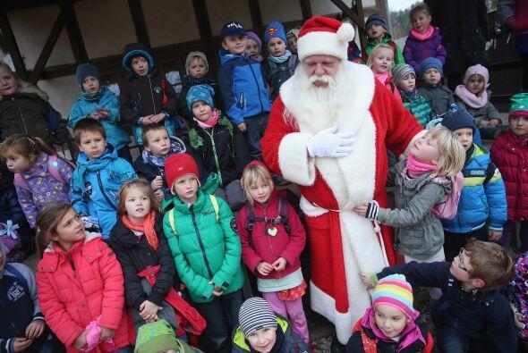 Cada vez que Santa pasea por las calles de Himmelpfort los niños lo rode...