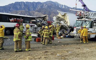 Un autobús de pasajeros chocó contra la parte trasera de u...