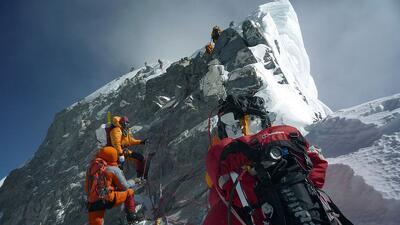Un grupo de montañistas escalando el Everest en una expedición de 2009.