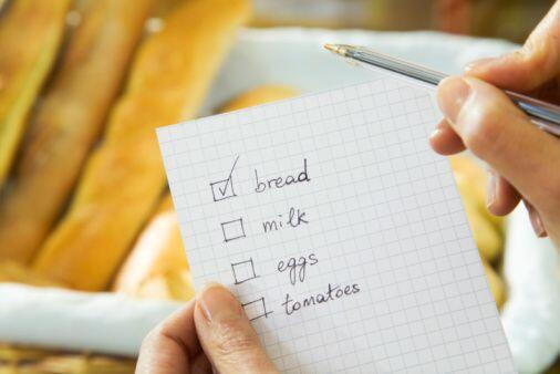 El hacer una lista para ir de compras también te ayudará a comprar sólo...