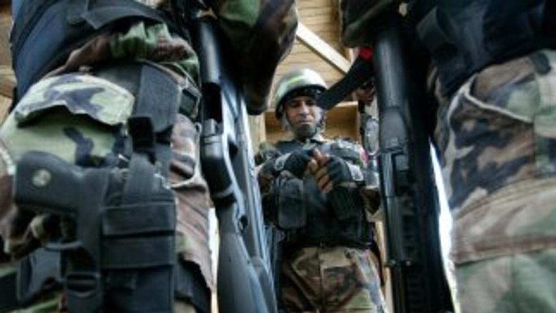 Unos 120 militares apoyan manifestación de la policía en Ecuador