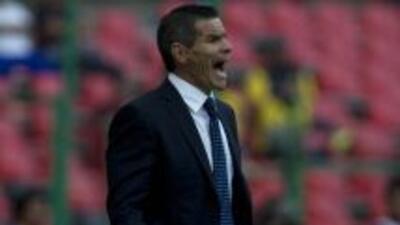 Alfredo Tena tomó el relevo de Javier Aguirre, que estaba suspendido.