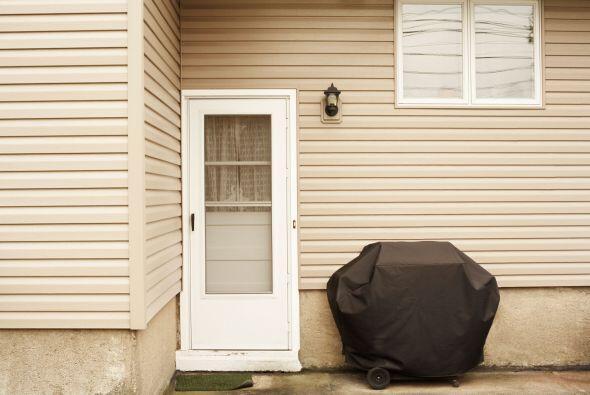 Si guardarás la parrilla al aire libre, mantén el tanque de propano cone...