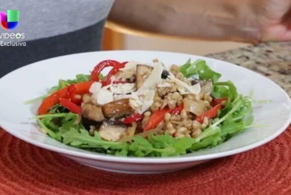 Las ensaladas que llevan granos proporcionan excelentes fuentes de vitam...